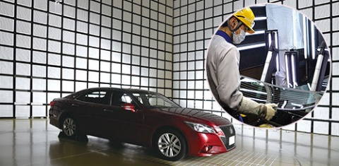 <b>次世代車向けの主力商品となるガラスアンテナ。受信感度を評価する電波暗室に長年のノウハウが詰め込まれている。今回、報道機関に初めて公表した。</b>(写真=早川 俊昭)