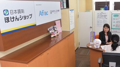 日本調剤の梅屋敷薬局には今年5月、店内に第一生命の保険を販売するブースができた(写真=菊池 一郎)