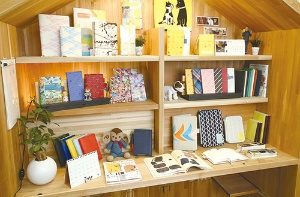 <b>ほぼ日の売上高の7割を占める「ほぼ日手帳」。手帳カバーのデザインや素材のバリエーションも豊富</b>(写真=陶山 勉)