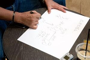 <b>常にペンと紙で説明をする増田氏</b>(写真=的野 弘路)