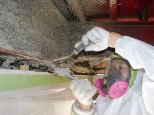 <b>ビルの柱や梁にある「吹き付け石綿」の除去工事現場。発がん性があるため防塵マスクや防護服が欠かせない</b>