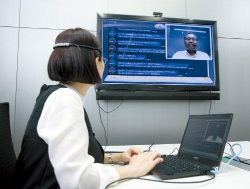<b>東芝が開発中の通訳機能を備えた会議システムのデモ。商品化に向けて会議用マイクも開発している</b>(写真=的野 弘路)