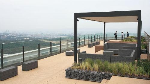 三井不動産は大阪の街を一望できる屋上テラスを設けた(写真=山田 哲也)
