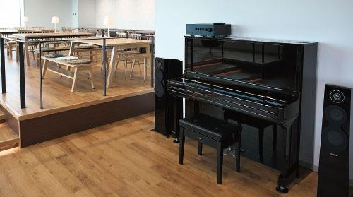 同社のラウンジではピアノの自動演奏が流れる(写真=山田 哲也)