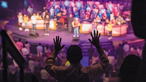 """<span class=""""fontBold"""">11月19日に開かれたヒューストン・ファースト・バプテスト教会の礼拝。日曜の3回の礼拝で7000~8000人が訪れる。ゴスペルのライブ演奏や現代風の説教など、従来の礼拝のイメージとは大きく異なる</span><br />(写真=Paula Horstman)"""