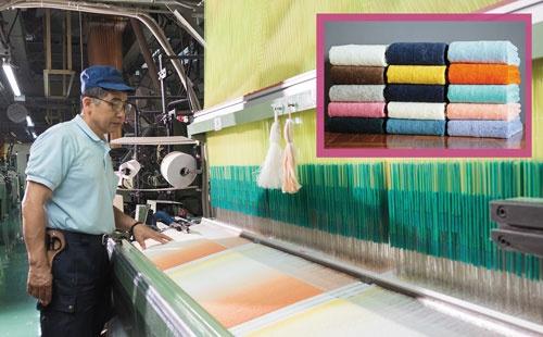 """<span class=""""title-b"""">タオル専用の「糸」まで独自開発</span><br />綿花の産地インドの紡績メーカーの協力を得て開発した「タオル専用の糸」を使い、柔らかく吸水・速乾性が高いタオルを実現。厳しい品質管理ノウハウに強みを持つ(写真=宮田 昌彦)"""