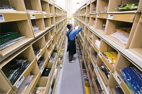 商品が整然と並んだ棚