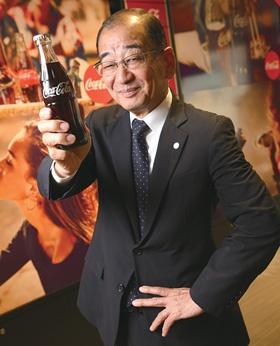 <B>[よしまつ・たみお] <BR>1969年、関西大学経済学部卒、近畿コカ・コーラボトリング入社。 2007年社長、09年コカ・コーラウェスト副社長、10年社長。17年4月から現職。山口県出身。70歳。</B><BR> (写真=陶山 勉)