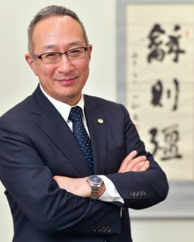 "<span class=""fontBold"">[ ひらき・あきとし ]<br />1985年に大阪大学大学院を修了し、日立金属に入社。特殊鋼カンパニープレジデントなどを経て、2015年に代表執行役常務に就任。17年4月より現職。兵庫県出身。56歳。</span>(写真=菊池 一郎)"