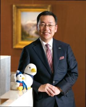 """<span class=""""fontBold"""">[ こいで・まさとし ]<br />1984年東京大学法学部卒、日本長期信用銀行入行。98年、アフラック入社。2006年に退社、日興アセットマネジメントなどを経て08年に再入社。16年に副社長。東京都出身。57歳。</span>(写真=的野 弘路)"""