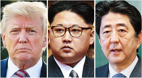 "<span class=""fontBold"">金正恩委員長(中)の提案を受け米朝首脳会談に応じる意向を示したトランプ氏(左)。安倍首相は日米韓の連携で日本の主張を反映したい考えだが…</span>(写真=共同通信)"