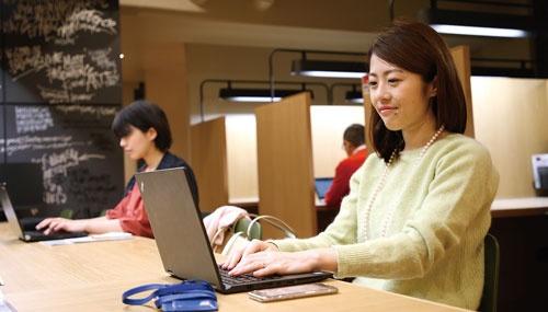 <b>東京急行電鉄運営のシェアオフィスで働く高尾美江さん。同オフィスの試験導入は昨年末で終了し、現在はザイマックス(東京・赤坂)などのシェアオフィスで実験中</b>(写真=陶山 勉)