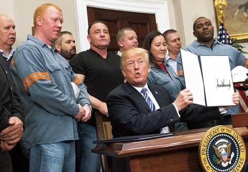 "<span class=""fontBold"">3月8日、トランプ米大統領は、鉄鋼・アルミの追加関税措置を決めた</span>(写真=UPI/アフロ)"