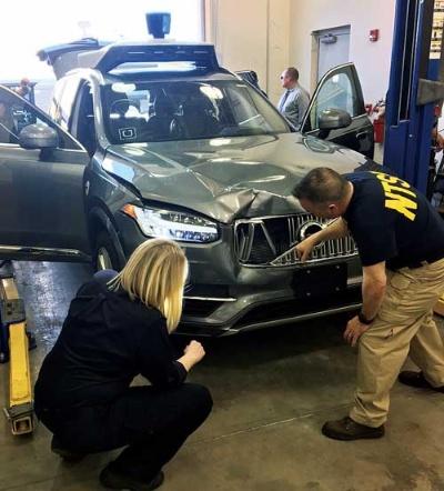 "<span class=""fontBold"">事故を起こしたウーバーの自動運転車を調査する米運輸安全委員会(NTSB)の関係者</span>"