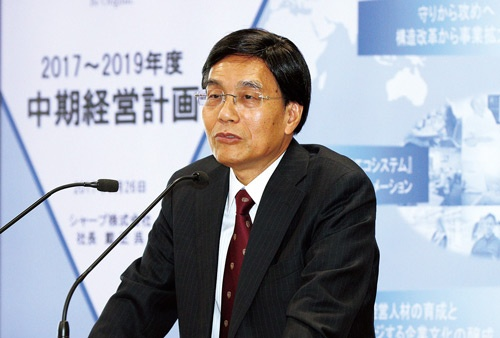 <b>シャープの戴正呉社長は新生シャープの中期経営計画に自信を見せる</b>(写真=今 紀之)
