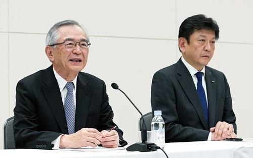 <b>川村隆・次期東電HD会長(左)は取引の見直しに切り込めるか</b>(写真=的野 弘路)