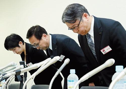 <b>会見で謝罪する富士フイルムHDの助野健児社長(右)</b>(写真=時事)