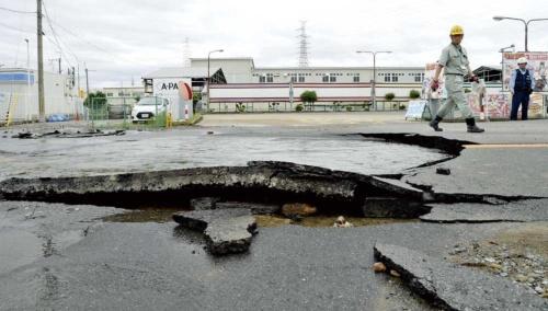 "<span class=""fontBold"">震度6弱を観測した大阪府高槻市では道路が陥没して水道管が破裂した</span>(写真=読売新聞/アフロ)"