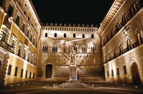<b>イタリアの金融機関の不良債権問題が、EU混乱に拍車をかける可能性も(写真はモンテ・デイ・パスキ・ディ・シエナの本社)</b>(写真=ロイター)