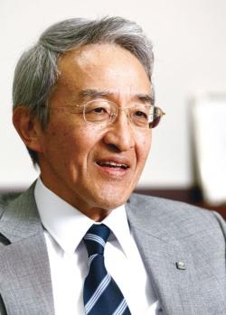 <b>1975年慶応義塾大学商学部卒、東京海上火災保険(現・東京海上日動火災保険)へ。企画担当役員などを経て2013年から現職。63歳。</b>(写真=竹井 俊晴)