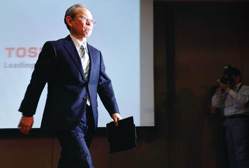 <b>東芝の綱川智社長は2018年3月末までのメモリー事業売却を「独禁法を考えると容易ではない」と認めた</b>(写真=竹井 俊晴)