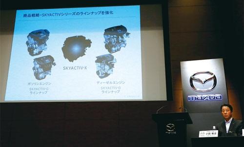 <b>次世代エンジンの実用化を発表したマツダの小飼雅道社長兼CEO</b>(写真=ロイター/アフロ)