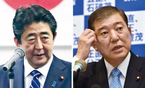 """<span class=""""fontBold"""">豪雨対応の優先を理由に正式な出馬表明を遅らせた安倍首相。外交日程もあり、石破氏との直接的な論戦の機会は限られそうだ</span>(写真=左:読売新聞/アフロ、右:Natsuki Sakai/アフロ)"""