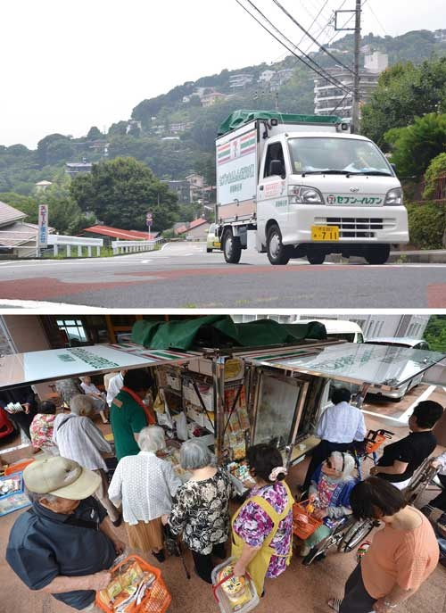 <b>8月上旬、坂の多い熱海市内を走るセブンイレブンの移動販売車。高齢者住宅(下)では一定の売上高があるが、住宅街などでは集客に課題も</b>