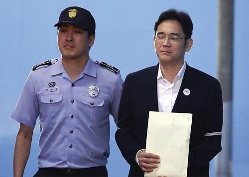 <b>懲役5年の有罪判決を受けたサムスングループの李在鎔氏(右)</b>(写真=Chung Sung-Jun/Getty Images)