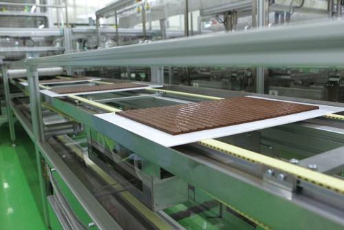 "<span class=""fontBold"">明治はチョコレートの生産能力を増強し、生産効率や品質を高める</span>(写真=澤木 儀明)"