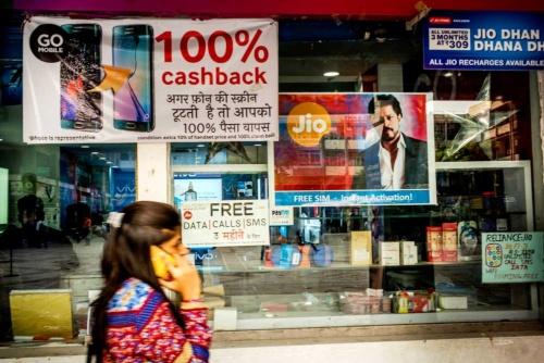 "<span class=""fontBold"">アップルが苦戦する新興国市場。インドでは格安スマホメーカーの広告が目立つ</span>(写真=Bloomberg/Getty Images)"