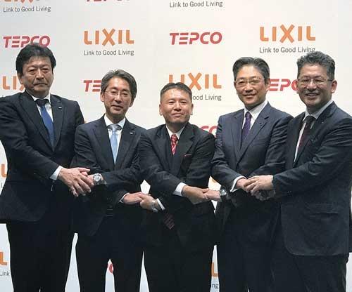 "<span class=""fontBold"">LIXILグループの瀬戸欣也社長(右端)と東京電力ホールディングスの小早川智明社長(左端)は6月ごろから提携話を進めてきた</span>"