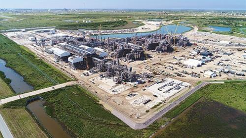 "<span class=""fontBold"">千代田化工建設は米プラント建設で巨額損失を計上(写真は米LNGプラント「フリーポート」)</span>(写真=Freeport LNG Development, L.P.提供)"