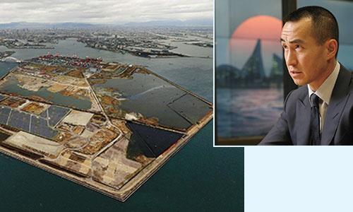 "<span class=""fontBold"">万博の会場になると同時に、IRの候補地でもある大阪市の夢洲(左の背景写真)。IR大手、メルコのホー会長兼CEO(右)は経済効果を強調している</span>(写真=左:共同通信、右:陶山 勉)"