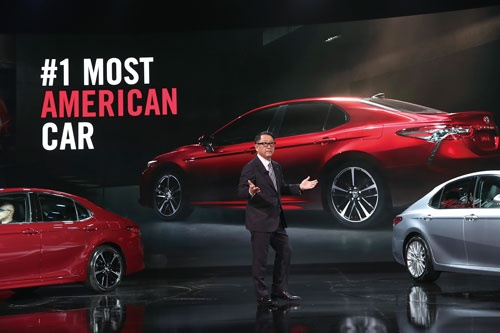 <b>1月9日、トヨタ自動車の豊田章男社長は米デトロイトのモーターショーで、新型カムリの紹介とともに米国への貢献を訴えた</b>(写真=Scott Olson/Getty Images)