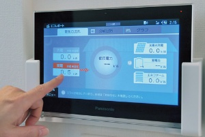 <b>電力スマートメーターは発電量、消費量が一目で分かる</b>(写真=菊池 一郎)