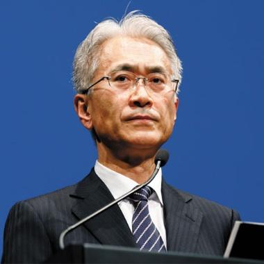 """代表執行役 社長兼CEO <span class=""""title-b"""">吉田憲一郎氏 </span>(58歳)"""