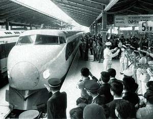 <b>新幹線は九州から北海道まで張り巡らされ、東京との時間を大幅に短縮した</b>(写真=毎日新聞社/アフロ)