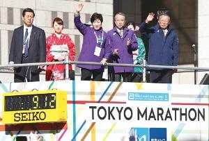<b>11回目となる東京マラソンには3万6000人が参加。小池氏はスターターを務めた</b>(写真=田村 翔/アフロスポーツ)