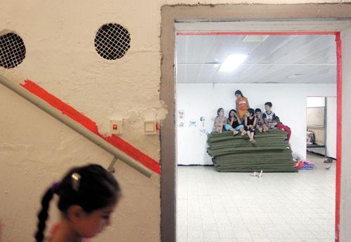 """<span class=""""fontBold"""">2006年、レバノンの組織、ヒズボラとの開戦を受け、シェルターに避難するイスラエルの子供たち。イスラエルでは新築物件でのシェルターの設置が義務化されている</span>(写真=Christopher Furlong/Getty Images)"""
