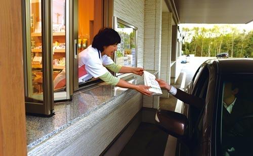 """<span class=""""fontBold"""">あけぼの薬局内守谷店(茨城県常総市)では、ドライブスルーを採用するなど、患者視点の店づくりを実現している</span>(写真=菊池 一郎)"""