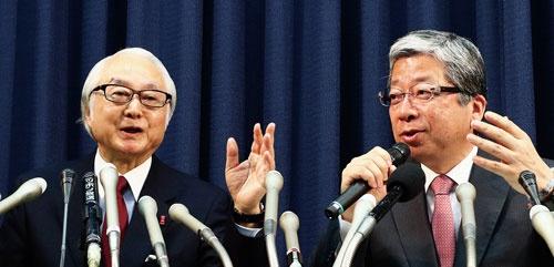 <b>トール・ホールディングスの減損処理について説明する日本郵政の長門正貢社長(左)と日本郵便の横山邦男社長。2人とも民間銀行から郵政グループに転じた</b>(写真=北山 宏一)