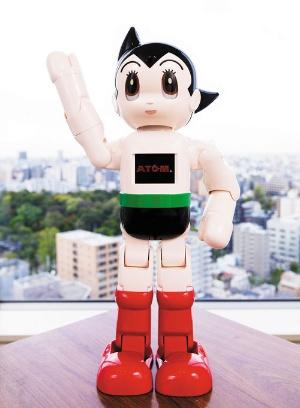 <b>手塚治虫氏の名作「鉄腕アトム」をモデルにしたAI搭載ロボットATOM。家族の顔を覚え、会話が楽しめる。講談社が4月に発売開始した全70号の雑誌「週刊 鉄腕アトムを作ろう!」についてくる部品を組み立てて完成させる</b>(写真=ATOM:北山 宏一  &copy;TEZUKA PRO / KODANSHA)