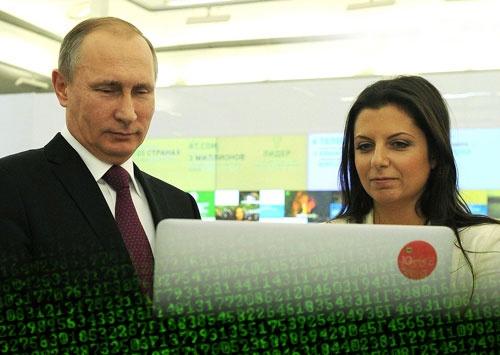 """<span class=""""fontBold"""">ロシアのプーチン大統領(左)の指示で、国営メディアを率いるマルガリータ・シモニャン氏(右)がプロパガンダを遂行していると、西側の情報機関はみている</span>(写真=ユニフォトプレス)"""