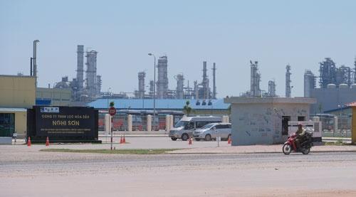 <b>ベトナム、タインホア省に建設されたニソン製油所。出光興産などが手掛ける最新の製油所だが、稼働の遅れが明らかとなった</b>(写真=宮下 良成)