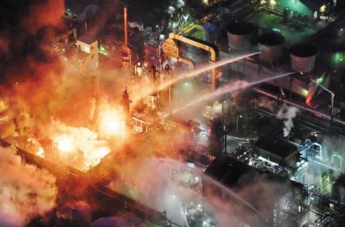 <b>1月22日、潤滑油の製造設備から出火した旧東燃ゼネラル石油和歌山工場(現・JXTG和歌山製油所)。周辺の1281世帯2986人に避難指示が発令された</b>(写真=毎日新聞社/アフロ)