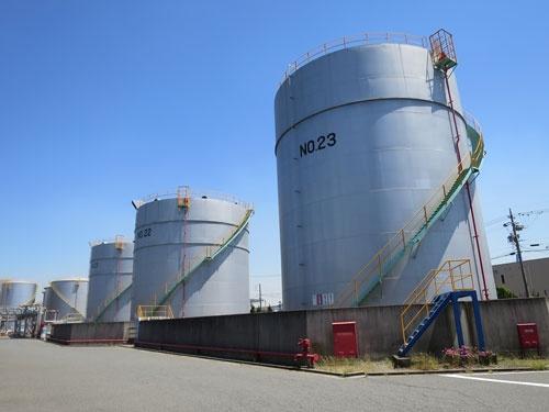 <b>中川物産がコスモ石油から購入した名古屋港のタンク群。敷地内に港湾も備え、自社タンカーなどの船籍が海外からの石油製品を運び込む</b>