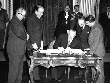 <b>ECSCの署名式。独仏など6カ国の代表が集まり、署名した</b>(写真=AP/アフロ)