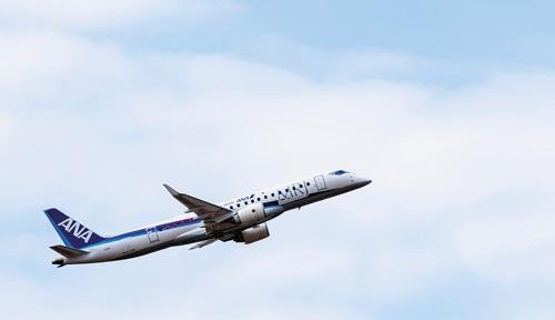 "<span class=""fontBold"">圧倒的な静寂さで飛行性能をアピールし、観客を引き付けた</span>(写真=三菱航空機(株)提供)"
