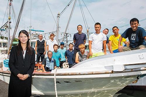 <b>約20人の漁師を束ねる女性社長、坪内知佳さん(左)は社員から「独裁者」と呼ばれる</b>(写真=中西 ゆき乃)